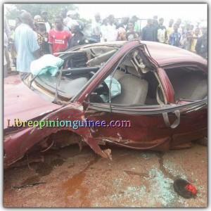 Accident d'une voiture sur la route le prince