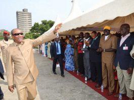 Alpha Conde avec les artisans de Guinée