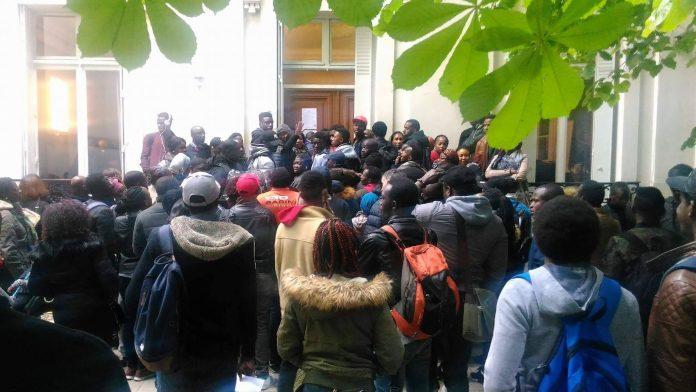 Calvaire des Guinéens de Paris devant l'ambassade pour les cartes consulaire