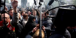 Emmanuel Macron entouré par la presse à son arrivée à l'usine Whirlpool d'Amiens ce 26 avril 2017