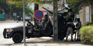 Des soldats de la garde présidentielle font face à un camp des mutins, le 12 mai à Abidjan.