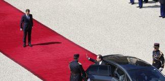 Emmanuel Macron et François Hollande lors de la passation du pouvoir au palais de l'Elysée libreopinionguinee.com