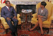 Ephraïm Inoni, lorsqu'il était Premier ministre du Cameroun, aux côtés de Condoleezza Rice, secrétaire d'Etat américaine de l'époque, à Washington, le 15 juillet 2005. © AFP/Nicholas Kamm