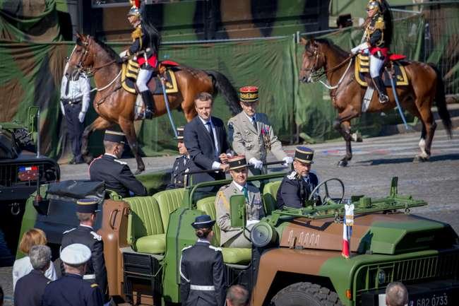 Emmanuel Macron, président de la république et Pierre de Villiers, Chef d'Etat major des Armées, passent les troupes en revue au cours du traditionnel défilé militaire sur les Champs Elysées le 14 juillet