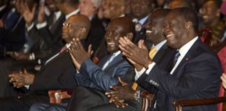 Le président ivoirien Alassane Dramane Ouattara (dr), le vice-président kényan William Ruto (c) et le vice-président ivoirien Daniel Kablan Duncan lors du Africa Ceo Forum, à Abidjan le 21 mars 2016. © Jacques Torregano/Divergence/AFRICA CEO FORUM/JA