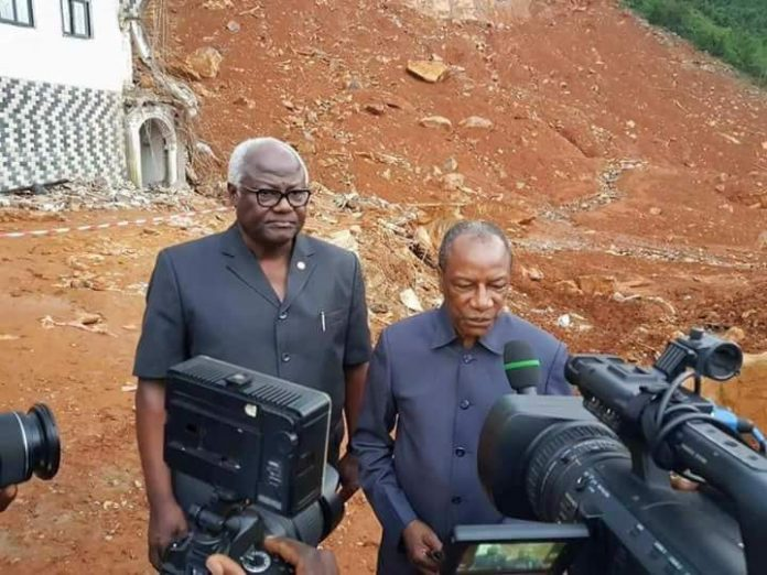 Alpha Condé et Ernest Baï Koromah à freetown après la catastrophe