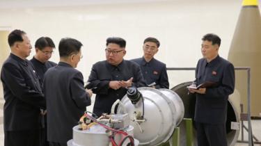 Image captionKim Jong-un discute avec ses associés devant ce qui apparait comme la bombe à hydrogène