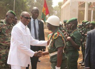 Alpha Conde avec les forces armées au camp Alpha Yaya Diallo
