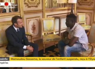 Mahmoudou Gassama et Emmanuel Macron à l'Élysée