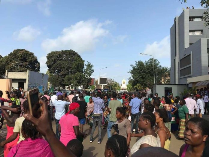 manifestations devant le palais Sékhoutouréya