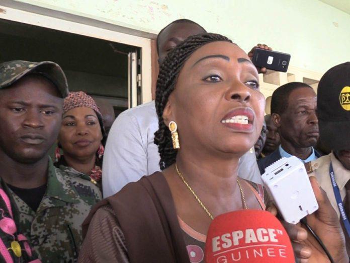 Madame Hawa Keita DG du port de Conakry devant des grévistes