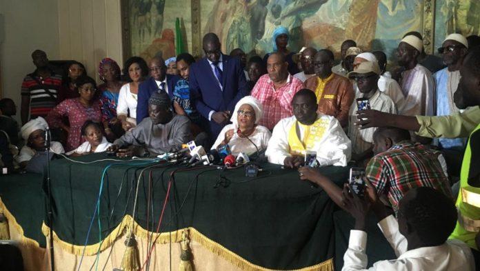 La nouvelle mairesse de Dakar, Soham El Wardini, entourée de son équipe, le 29 septembre 2018.