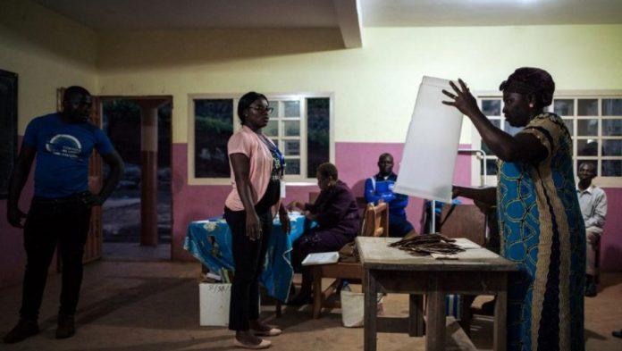 Des officiels de l'organisation Elecam, en charge de la tenue du scrutin, débutent le comptage des voix dans un bureau de vote de la banlieue de Yaoundé le 7 octobre 2018. © ALEXIS HUGUET / AFP