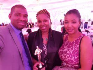 Macka Balde reçoitle trophée du meilleur site d'information avec talents de Guinée