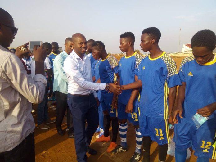 Macka Baldé vice-président des Nfd et directeur général adjoint de l'agence nationale de volontariat jeunesse au ministère de la jeunesse et de l'emploi des jeunes au match de gala de l'association des jeunes volontaires de Bodie au stade de Nongo AJVB
